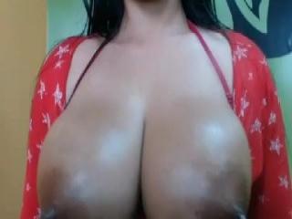 Bite entre ses deux enormes seins